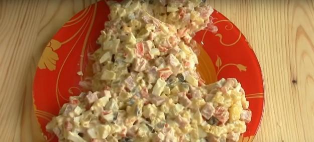 Майонезом на блюде нарисуйте контур, а уже по контуру выкладывайте салат