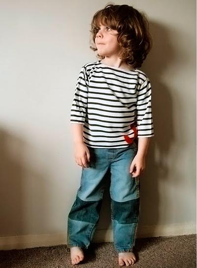 С помощью частей от старых джинс, можно удлиннить те джинсы, которые стали немного коротковаты