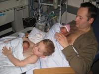 Семья выхаживает своих недоношенных малышей
