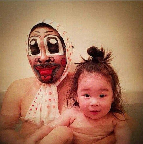 Мама учит сына любви в ванной