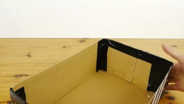1 Берем обычную коробку, снимаем крышку, углы для безопасности проклеиваем клейкой лентой.