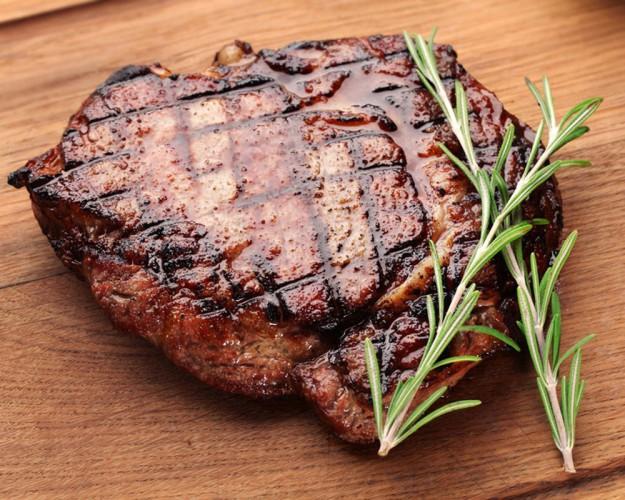 Чтобы мясо было вкуснее и мягче, сразу после готовки положите его в фольгу и дайте полежать 10 минут