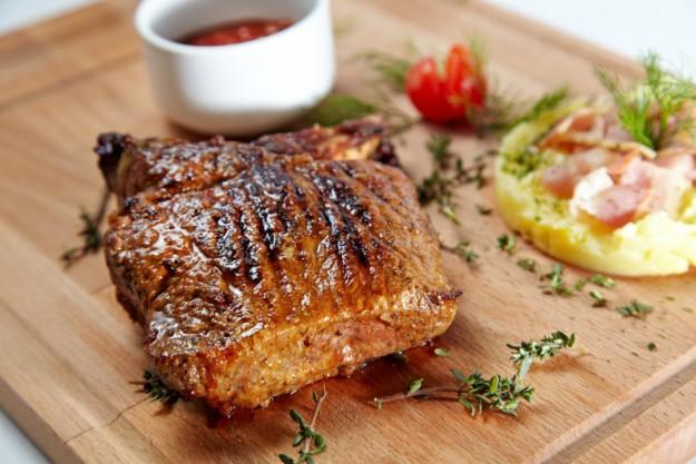 Чтобы спасти неудачно приготовленное мясо, порежьте его, сверху положите лук и порезанный помидор, сбызните лимонным соком и уксусом