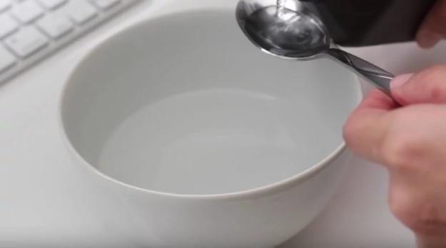 Для того, чтобы избавиться от желтизны ногтей, сделайте для них такую ванночку 1 ст.л. перекиси водорода с 4 ст.л. пищевой соды. Держите там ногти 15 минут.