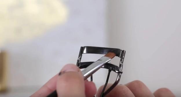 Если нужно быстро подвести глаза, нанесите подводку ровной полосой на край щипчиков для завивки ресниц, а затем завейте ресницы и сразу же подведите глаза