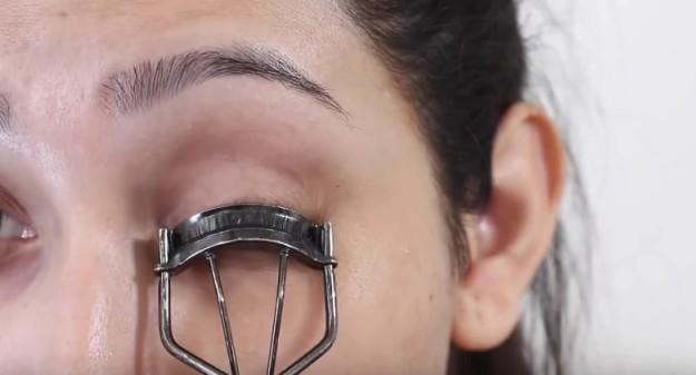 Если нужно быстро подвести глаза, нанесите подводку ровной полосой на край щипчиков для завивки ресниц, а затем завейте ресницы и сразу же подведите глаза2