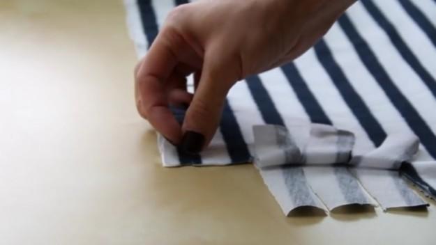 Края ткани прорезаем полосочками 8 см в длину, 2 см в ширину
