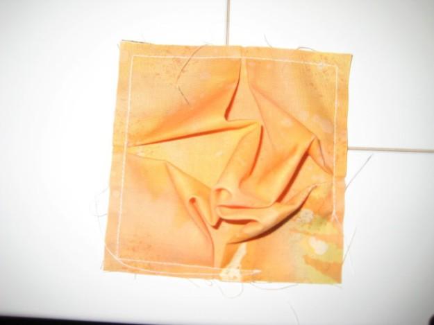 Начинаем формировать пузырь. Для этого по периметру сшиваем два кусочка ткани, оставляя пару см не прошитыми, чтобы потом заполнить наполнителем2