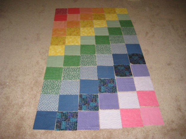 Одинаковые квадратики ткани расскладываем на полу в любом порядке