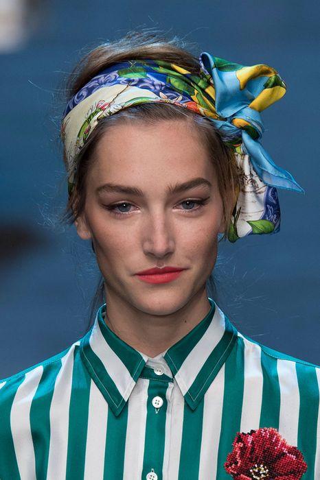 Платок узелком - красиво смотрится на аккуратно или небрежно собраных волосах3
