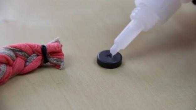 Резинкой закрепляем и второй край готовой косички. К каждому краю приклеиваем магнитики