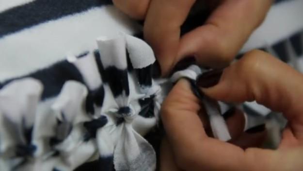 Верхние и нижние прорезанные полосочки связываем в узелки. Наволочка готова! Даже шить не пришлось.