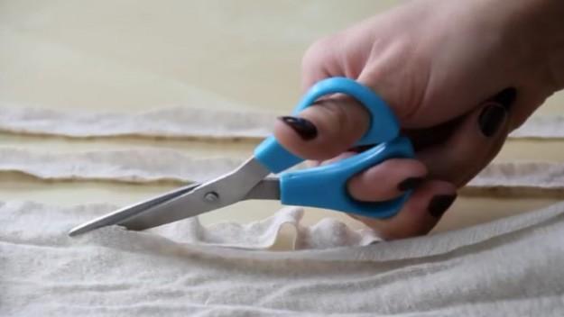Вырезаем по 3 длинные полоски ткани разных цветов