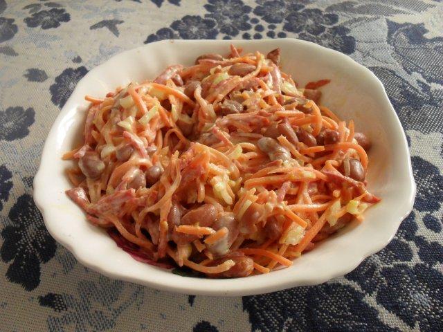 салат с морковкой и колбаской