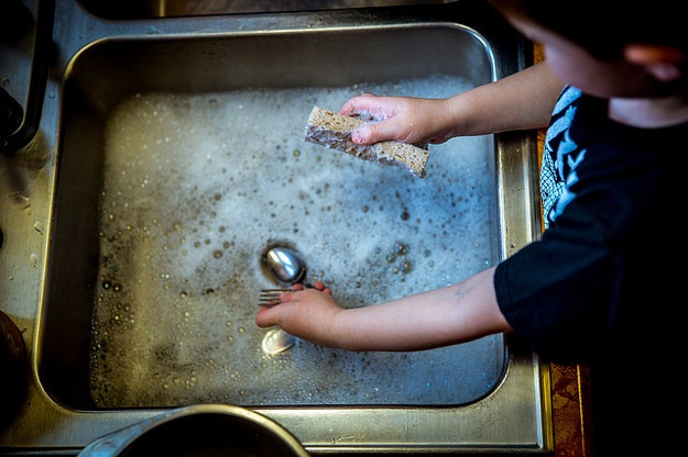 washing-dishes-1112077_640