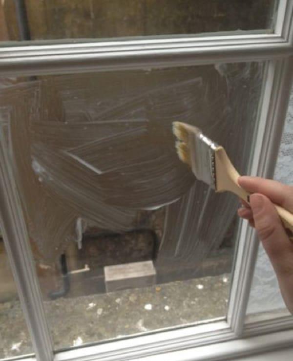 2 столовые ложки крахмала смешиваем с двумя ложками воды. Этой смесью хорошо промазываем окно
