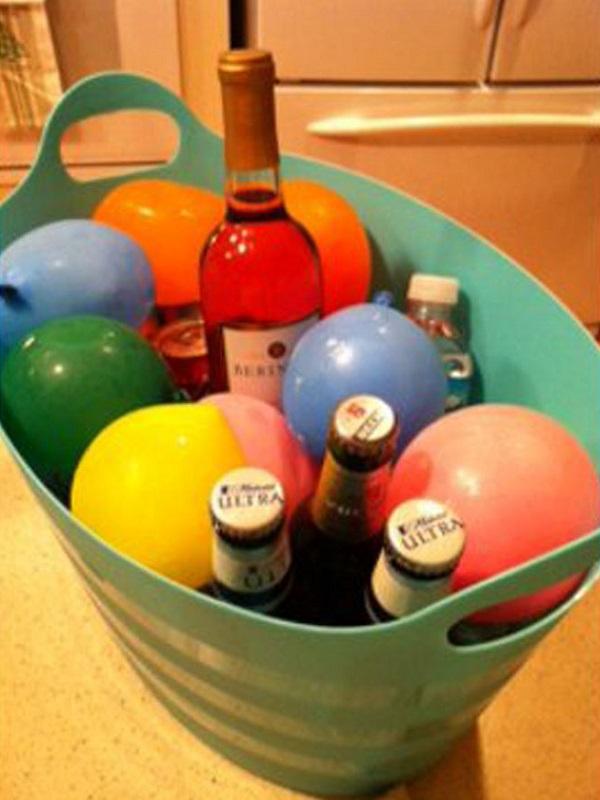 Если у вас намечается вечеринка, напполните воздушные шарики водой и заморозьте их - отличные охладители для напитков готовы