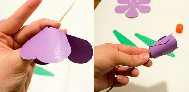 Лепестки этого меньшего цветка загните, формируя бутон.