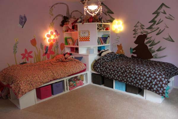 Можно сделать сказочный лес. Мальчик будет жить с мишками и елками, а девочка среди полянки с бабочками