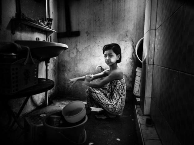 Мьянма - Маленькая девочка в ванной комнате, Линда Де Нобиль, Италия (Категория Документалистика и улица 1-ое место)