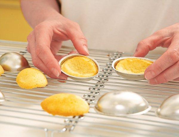 Половинки яиц соединяем с помощью крема из сгущенки и масла.
