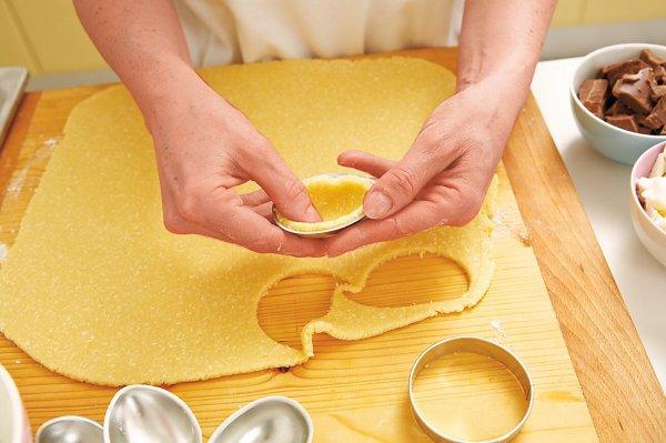 Тесто раскатываем, но не очень тонко. Вырезаем кружочки, кладем кусочки теста в промасленные вормочки в виде половинок яиц