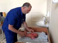 Ортопед осматривает новорожденного. Профессионализм, или издевательство?