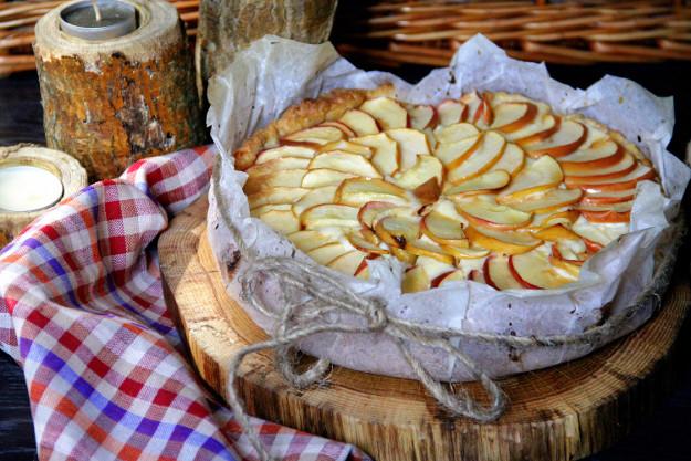 открытый пирог с творогом и яблоками