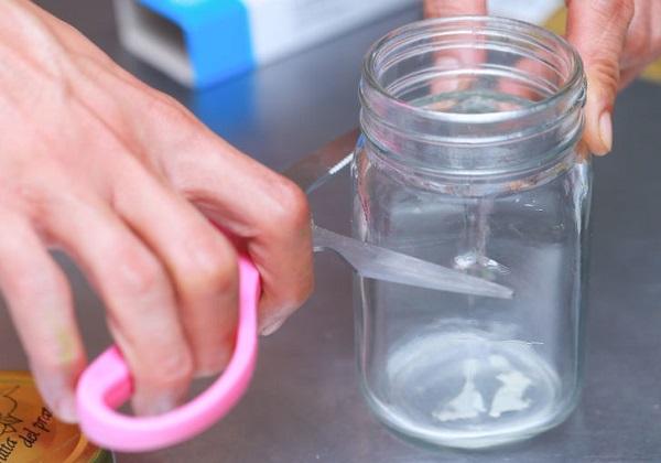 Чтобы наточить тупые ножницы, попробуйте порезать стеклянную банку. От этого ножницы заостряются!