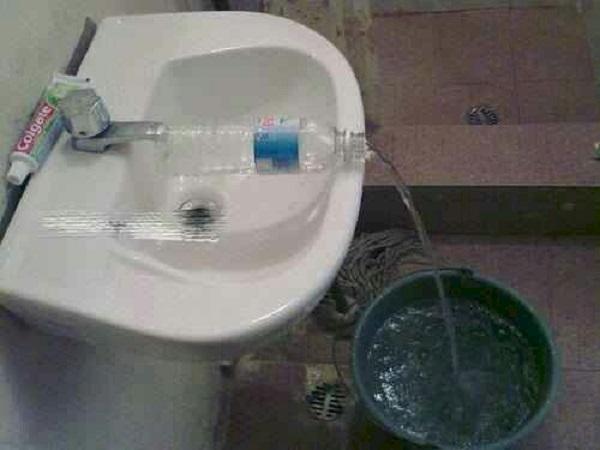 Если под рукой не оказалось шланга, а вам нужно налить воду в ведро, используйте обычную бутылочку