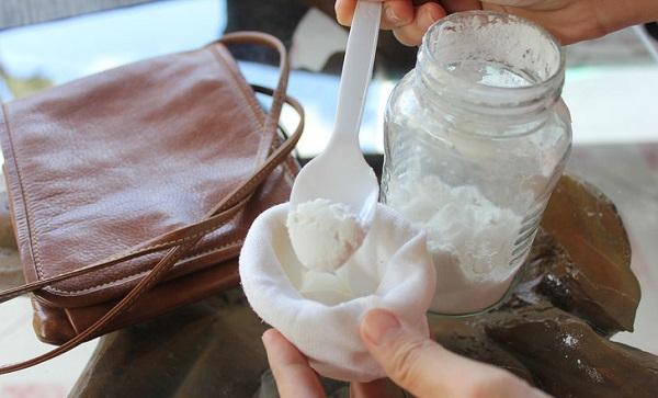 Если в вашей сумке или рюкзаке завеслись неприятные запахи, положите в них на ночь носок с содой