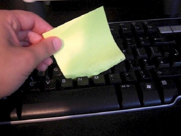 Вычистить клавиатуру от крошек и пыли с легкостью помогут клейкие стикеры.