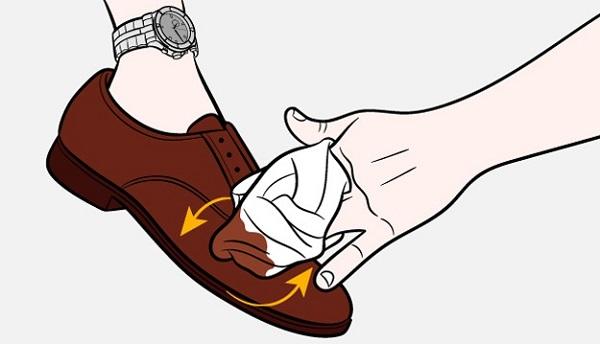 Замшевую обувь можно очень хорошо вычистить с помощью старых капроновых носков или колгот. Результат вас удивит
