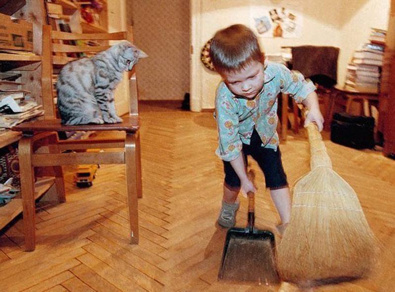 мальчик помогает маме