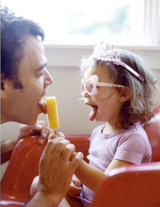 папа с дочкой и мороженое