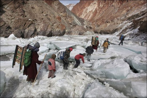 Дети в Гималаях идут в школу-интернат