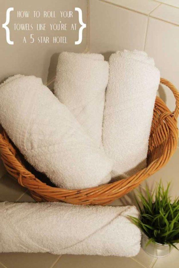 Храните полотенца в плетеных корзинках. Мелочь, а вид внешний вид ванной уже лучше