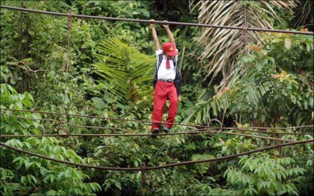 Суматра, Индонезия. Ученики карабкаются по 30-метровому тросу над рекой