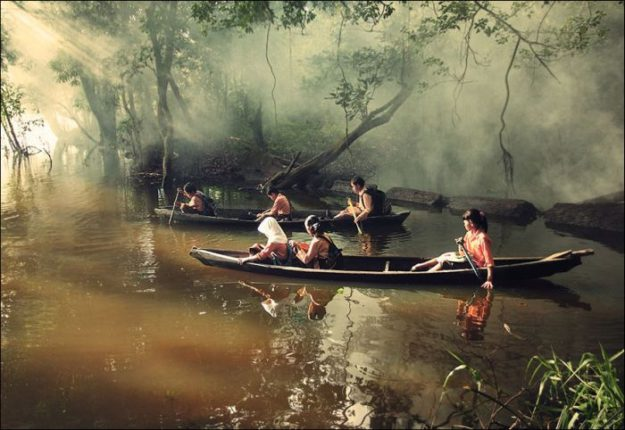 В Риау, Индонезия, ученики плавают в школу на каноэ
