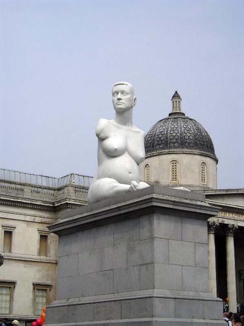 памятник беременной художнице Элисон Лаппер в Лондоне, Англия
