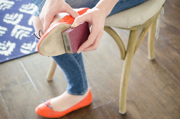 Если у вашей обуви скользит подошва, потрите ее наждачной бумагой