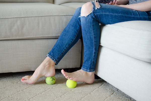 Теннисные мячики - лучшие массажеры для ног. Делайте такой массаж каждый вечер по приходу домой