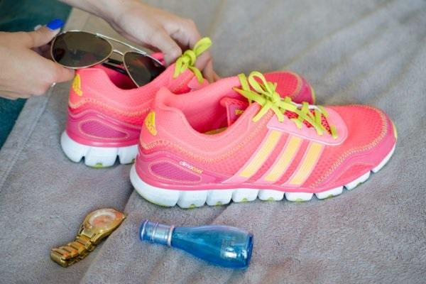 В обувь можно складывать мелкие и хрупкие предметы при сборе чемоданов