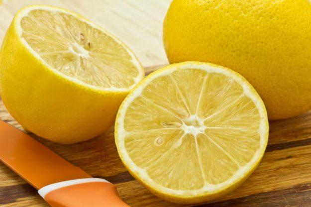 Чтобы надрезанный лимон дольше не портился, кладите его срезом вверх и прикрывайте стаканом. Или же капните немного уксуса на блюдце, и положите срезом вниз