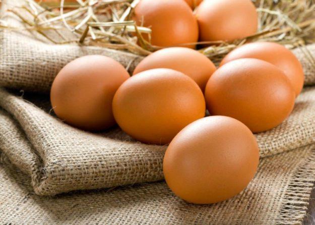 Чтобы узнать о свежести яиц, нужно сделать соленый раствор из 100 г соли и 1 л воды, а затем вкинуть в него яйцо. Свежее яйцо утонет, а плохое - всплывет