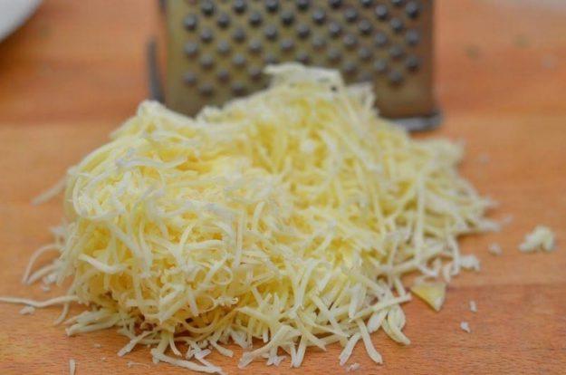 Тертый плавленый и обычный сыр не будет склеиваться после терки, если смазать ее растительным маслом