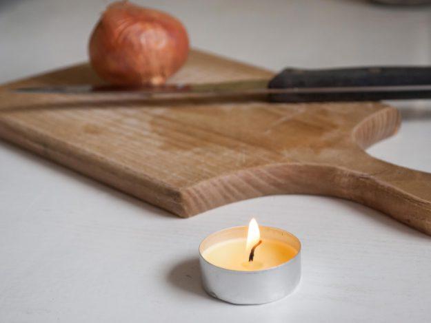 Вы навсегда забудете о слезах при нарезке лука, если вы зажжете свечу рядом. Она окислит ту серу, из-за которой и текут слезы