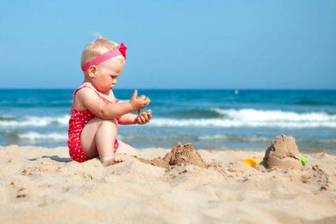 9 важных правил, о которых нужно помнить, вывозя грудничка на пляж