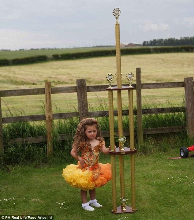 трехлетняя малышка принимает участие в конкурсах красоты