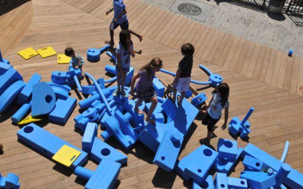 Имаджинариум - место, где можно поиграть с песком, водой и набором крупного конструктора. Нью-Йорк, США